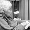 zingende oude dame