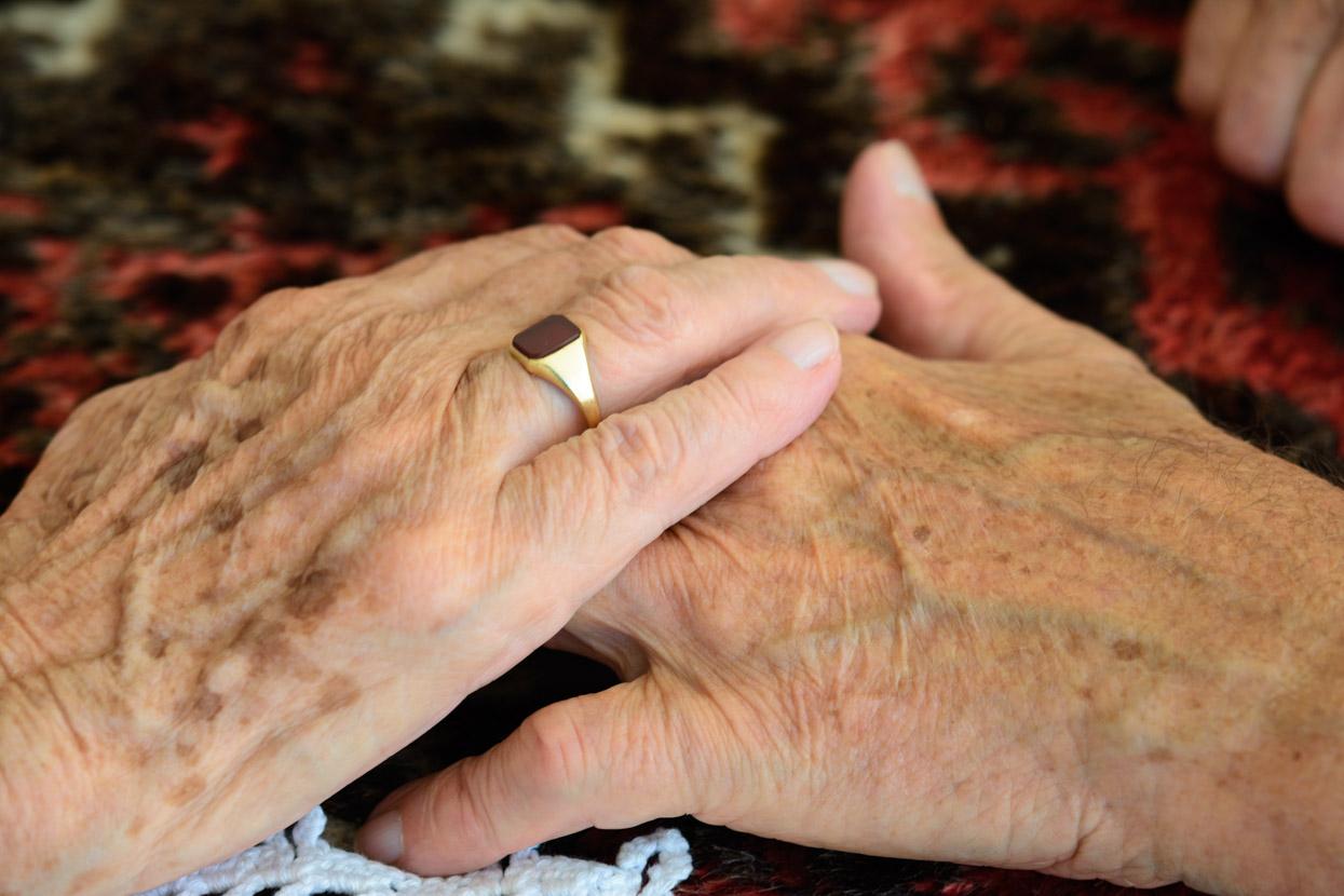handen van ouderen