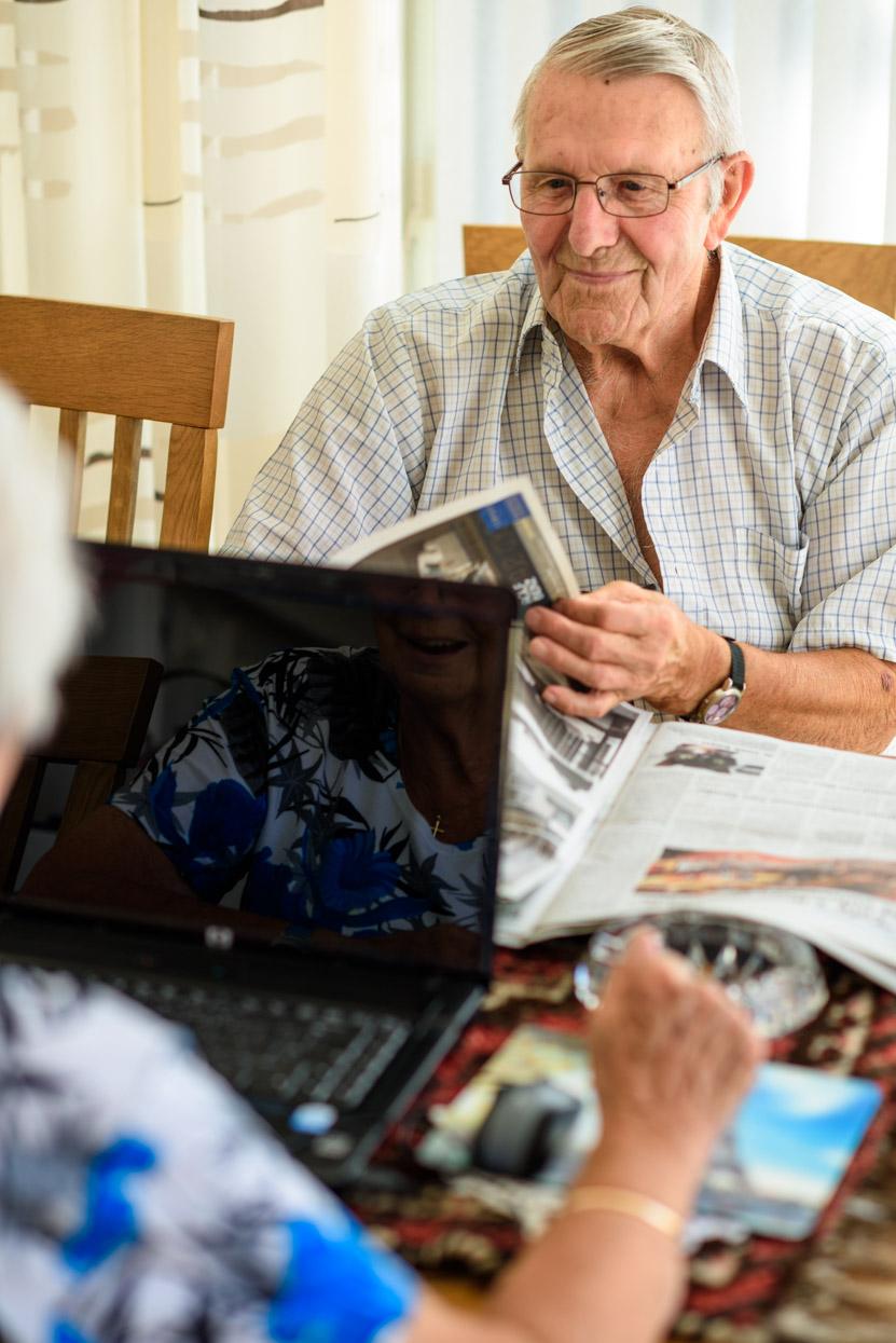 oudere man en vrouw aan tafel
